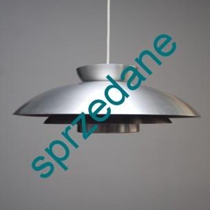 Modernistyczna lampa bliska w formie projektowi lampy PH duńskiego projektanta POULA HENNINGSENA. Spód w kolorze wrzosowym. Idealna do każdego wnętrza. Całość aluminium.
