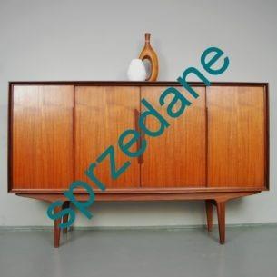 Klasyczny produkt duński lat 50-60. Efektowny i funkcjonalny bufet tekowy. Forma w detalach (obrzeża/ramka i profilowane uchwyty) zbliżona do MODELL NR 13 manufaktury OMANN. Typowy modernizm. Całość drewniana.