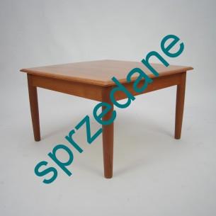 Tekowy duński stolik. Całość drewno. Mebel w bardzo dobrym stanie. Normalne ślady użytkowania. Rysy widoczne na zdjęciu.