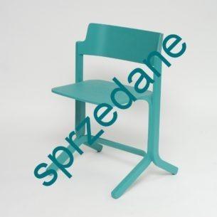 Krzesło RU zostało zaprojektowane dla firmy HAY przez Shane'a Schnecka, dla którego inspiracją były szkolne wspomnienia. Hybryda kształtów z sal i aul oraz funkcjonalności - tak w skrócie można opisać RU.