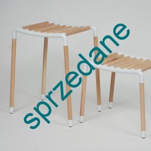 Ciekawa propozycja duńskiej firmy designerskiej HAY. Konstrukcja składa się z aluminium malowanego proszkowo oraz dębowego litego drewna. Drewno jest nie jest odkryte. Daje możliwość bejcowania na dowolny kolor. Bardzo stabilna konstrukcja. Produkt bardzo uniwersalny. Wysoki może być stolikiem, niski stołkiem. Dowolna interpretacja użycia. Nadaje się do salonu jak i łazienki. Mebel stworzony na specjalne zamówienie.