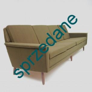 Duński minimalizm. Piękna sofa w kolorze ciemnooliwkowym. Modernizm lat 60-70. Sporą wygodę zapewniają sprężyny. Poduszki zdejmowane. Konstrukcja podparta czterema drewnianymi nóżkami.