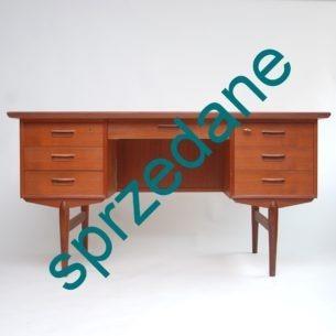 Produkt duński lat 60-tych. Typowa, modernistyczna forma. Solidna konstrukcja. Całość z drewna. Dwie szuflady na zamek (zamki sprawne). Kluczyk w komplecie.