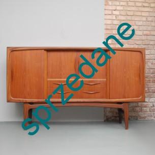 Efektowny i funkcjonalny bufet tekowy. Forma wyjątkowa w detalach. Typowy modernizm. Całość drewniana. Brak tandety efektem perfekcyjnego wykonawstwa duńskich rzemieślników.