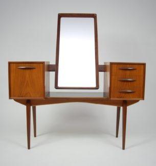 Mebel, który zachwyca formą i detalami. Kunsztowne wykonanie. Oryginalny duński produkt lat 60-tych. Danish Modern. Lustro posiada możliwość przechyłu.