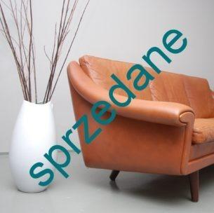 Wysoka jakość wykonania. Komfort zapewniają sprężyny. Mebel bardzo wygodny. Wielka zaletą jest wysokość, która pozwala umiejscowić sofę na środku salonu nie przytłaczając tym samym wnętrza. Produkt duński lat 70-tych