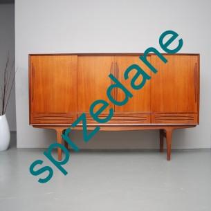 Funkcjonalny i efektowny mebel. Środkowy przedział okleinowany palisandrem. Modernistyczna forma wyjątkowa w detalach. Produkt duński lat 60-tych.
