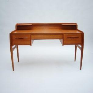Piękne, tekowe, damskie biurko/toaletka. Modernistyczna forma i funkcjonalność. Mebel idealny do sypialni. Produkt lat 60/70.