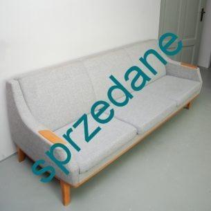 Forma bliska projektą H.W. Kleina http://www.deconet.com/decopedia/object/15011/Easy_chair_by_H.W._Klein Wyjątkowo piękny i funkcjonalny mebel. Banalny sposób zamiany kanapy w jednoosobowe łóżko. Na tyle oparcia cienki materac piankowy. Produkt lat 70-tych