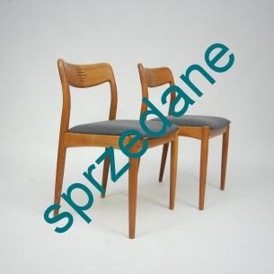 Dwa modernistyczne krzesła z wytwórni ULDUM MOBELFABRIK. Projekt JOHANNES ANDERSEN. Piękne forma. Konstrukcja dębowa. Produkt duński lat 60-tych.