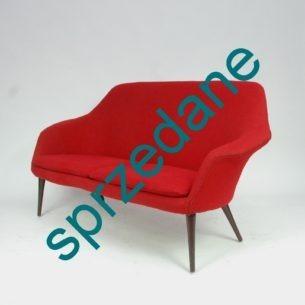 Efektowna, czerwona sofa. Dwuosobowa. Kubełkowa forma bliska projektom Eero Saarinen'a. Niezwykły produkt lat 60/70.