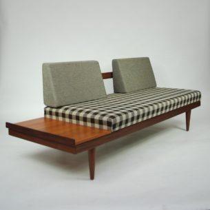 Modernistyczna sofa. Duński minimalizm. Rama, przednie nogi i blat tekowy. Tylne oparcie z nogami, prawdopodobnie jesion barwiony. Materac podnoszony. Mata podpinana napami (na pościel). Produkt duński lat 60-tych.