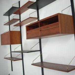 Modułowy system ścienny, projektu duńskiego architekta Poula Cadoviusa. Lekki przestrzenny mebel. Konstrukcja ażurowa o niezliczonej ilości kombinacji. Masz możliwość zmiany, kiedy tylko chcesz. Prostota elegancja i funkcjonalizm. Możliwe niewykorzystanie jednej listwy. Zagęszczamy pozostałe. Do biura i salonu. Fornir tekowy (ciemny). Oryginalny produkt duński lat 60-tych. Ostatnie dwa zdjęcia stanowią przykład aranżacji.
