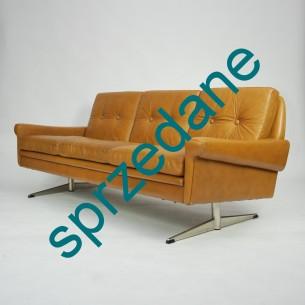 Modernistyczna sofa na dwójnogu. Miodowa, skóra naturalna. Piękna forma lat 70-tych. Siedziska na sprężynach.