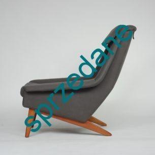 Modernistyczny fotel z wytwórni FRITZ HANSEN. Model 4410, projekt FOLKE OLSSON. Siedziska i oparcie na sprężynach. Nogi bukowe barwione na tek. Piękna forma. Niezwykle rzadka pozycja dla miłośnika modernizmu. Produkt duński lat 60-tych. Egzemplarz kolekcjonerski. Pewna lokata kapitału.