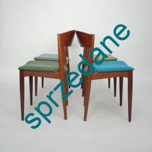Cztery krzesła z masywu tekowego. Modernistyczna, efektowna forma lat 60-tych. Produkt duński.