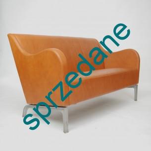 Karmelowa, skórzana sofa szwedzkiego producenta Miljöexpo. Ciekawa forma lat 90-tych. Skóra naturalna. Solidne nogi z odlewanego aluminium.