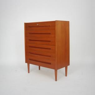 Prosta, modernistyczna forma. Ciekawe podłużne pochwyty. Górna szuflada zamykana na kluczyk. Całość bez elementów paździerza. Produkt duński lat 60-tych.