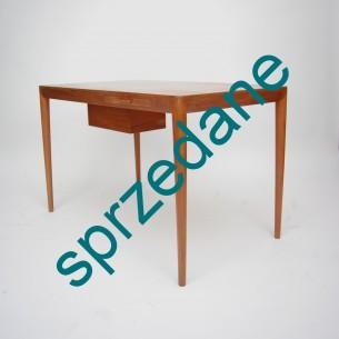 Kwintesencja duńskiego modernizmu. Wykonane z wielkim pietyzmem zaskakuje ergonomią. Blat skrywa lusterko, pojemny schowek oraz szufladę. Produkt duński lat 50/60. Unikat. Projektant jeszcze nie zidentyfikowany.