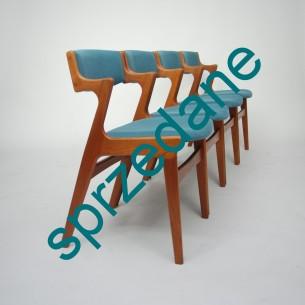 Cztery krzesła z masywu tekowego. Efektowna linia z funkcjonalnymi podłokietnikami. Modernistyczna forma lat 60-tych. Produkt duński.