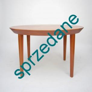 Majestatyczny stół tekowy. Manufaktura Gudme møbelfabrik. Projekt Ole Hald. Imponując linia boczna blatu. Dwa dokładane blaty. Modernistyczny, duński produkt lat 50/60.