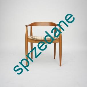 Fotel z masywu tekowego. Piękna, modernistyczna forma lat 60-tych. Linia i detal podłokietnika (łączenie podłokietnika z przednią nogą) wskazuje na projekt Petera Hvidt & Orla MØlgaard-Nielsen'a.