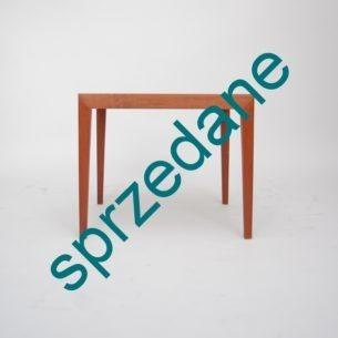 Oszczędna, geometryczna forma. Bliskie podobieństwo z projektem Severin Hansen'a. Produkt lat 60-tych