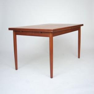 Solidy stół tekowy. Prosta, minimalistyczna forma. Piękne, szlachetne wybarwienie drewna. Fornir tekowy. Obrzeża i nogi z masywu tekowego. Stół na 10 osób. Produkt duński lat 60-tych.