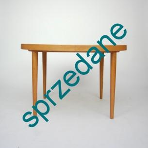 Rozkładany stół dębowy. Blat fornirowany. Nogi z masywu. Dwa dodatkowe blaty (jeden bez dużego rantu). Produkt duński lat 70/80.