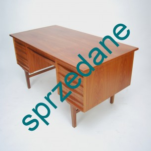 Reprezentatywne, gabinetowe biurko tekowe. Klasyczne duńska forma lat 60-tych. Biurko dwustronne.