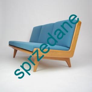 Wyjątkowa, modernistyczna sofa. Bardzo solidna konstrukcja z litego drewna. Plecy z naturalnej skóry. Tapicerka wełniana. Niezwykła, minimalistyczna forma lat 60-tych. Pozycja kolekcjonerska. Unikat.