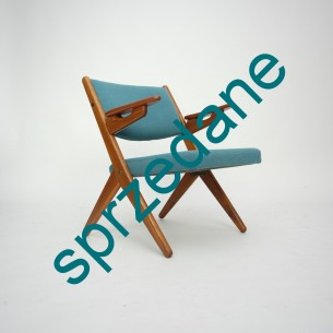 Modernistyczna forma lat 60-tych. Drewno dębowe barwione na tek. Produkt duński.