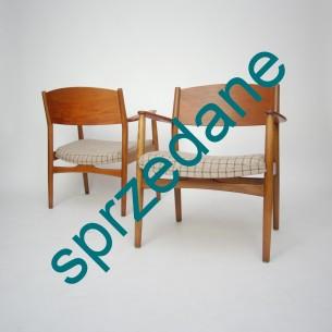 Para modernistycznych foteli. Obszerne i wygodne siedziska. Oparcie i podłokietniki tekowe, reszta buk barwiony. Produkt lat 60-tych. Mebel sygnowany.