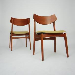 Para krzeseł z masywu tekowego.Wytwórnia Funder-Schmidt & Madsen. Uwagę zasługuje bardzo ładne, profilowane oparcie. Modernistyczna forma lat 60-tych. Produkt duński.
