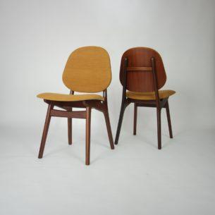 Para krzeseł z masywu tekowego. Modernistyczna forma lat 60-tych. Produkt duński.