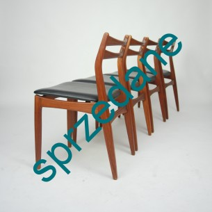 Cztery krzesła z masywu tekowego. Modernistyczna forma lat 50/60. Produkt duński.