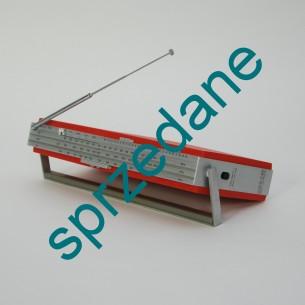 Radio ze znamienitej wytwórni Bang & Olufsen, Beolit 700. Projekt z 1972 roku,. Wspaniały, designerski retro gadżet. Prosty, bezśrubowy demontaż. W kopercie na obudowie schemat. Zasilanie na baterie i prąd. Produkt duński.