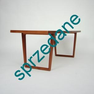 Tekowy stolik podparty pięknymi nogami z masywu tekowego. Bardzo ciekawa, modernistyczna forma. Mebel olejowany. Produkt duński lat 60-tych.