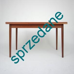 Prosta, minimalistyczna forma. Piękne, szlachetne wybarwienie drewna. Fornir tekowy. Obrzeża i nogi z masywu tekowego. Produkt duński lat 60-tych.