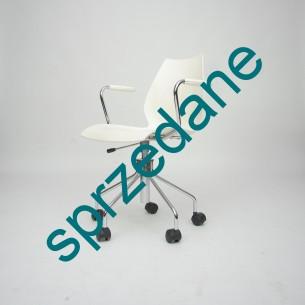 Obrotowe krzesł z siłownikiem. Producent, KARTELL. Projekt, VICO MAGISTRETT. Wersja z podłokietnikami i siłownikiem (najdroższa).