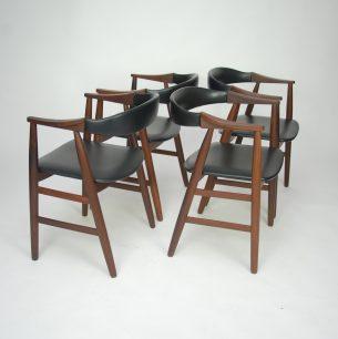 Cztery duńskie krzesła. Masyw tekowy. Piękna, modernistyczna forma lat 60-tych. Tapicerka z eco skóry. Bardzo stabilne i wygodne (obszerne siedzisko). Produkt duński.