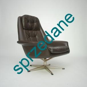 Skórzany fotel zaprojektowany przez H.W. KLEINa dla BRAMIN MOBLER. Ergonomiczna forma. Skóra naturalna. Podłokietniki i siedzisko na gumowanych opasach zapewniają sporo komfortu. Bardzo solidny i wysokogatunkowy mebel. Znamienity autor projektu jak i manufaktura. Produkt duński lat 60 – tych.