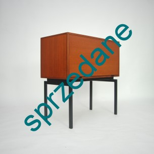 Ciekawa, modernistyczna forma lat 60/70. Półka regulowana. Mebel olejowany. Produkt duński.