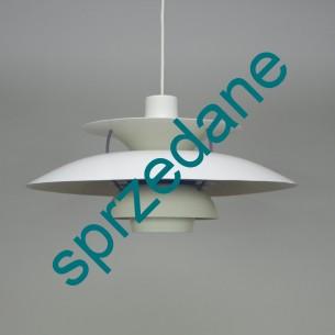 Projekt ikony duńskiego wzornictwa, POULa HENNIGSENa. Jedna z najbardziej rozpoznawalnych lamp wzornictwa przemysłowego. Sygnowana.