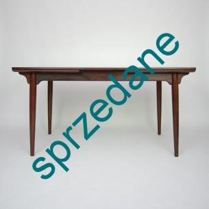 Piękny palisandrowy stół autorstwa GUNNI OMANa. Manufaktura Oman Jun's Møbelfabrik. Ciekawa modernistyczna forma w szlachetnym drewnie. Wysoki Standard wykończenia. Stół pomieści 10 osób. Produkt duński lat 60-tych.