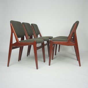 Krzesła o szczególnych walorach wizualnych. Projekt ARNE VODDER. Kunszt duńskiego rzemiosła. Piękna forma lat 60-tych. Oparcie ruchome. Dopasowuje się do pozycji użytkownika. Konstrukcja z olejowanego masywu tekowego (ciemna kolorystyka świadczy o bardzo dobrym konserwowaniu). Wygodne siedzisko na pasach. Produkt duński.