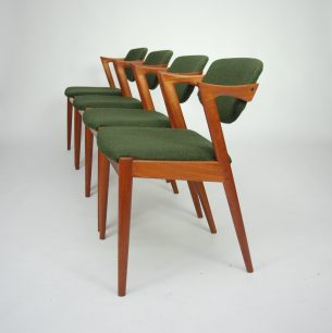 Set czterech krzeseł autorstwa KAI KRISTIANSENa. Model #42. Piękna modernistyczna forma lat 60-tych. Drewno tekowe. Tapicerka oryginalna. Wygodne siedziska na pasach. Ruchome oparcie, które dopasowuje się do pozycji użytkownika.