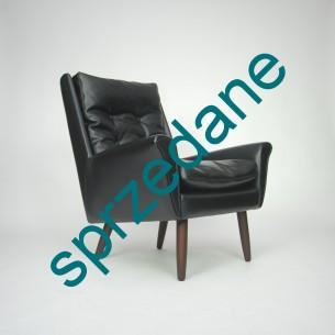 Modernistyczny fotel. Klasyczna duńska linia. Sztuczna skóra i tekowe nogi. Produkt lat 60-tych.