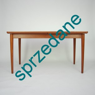 Solidna konstrukcja bez paździerza. Dwa wysuwane blaty które podwajają rozmiar stołu. Stół na dziesięć osób. Dwie kombinacje rozłożenia. Wysuwamy dwa blaty bądź jeden (efekt asymetrii). Produkt duński lat 60/70.