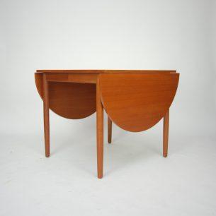 Niezwykle funkcjonalny mebel. Pięć kombinacji rozłożenia. Dwa blaty wiszące i dwa dokładane. Od malutkiego stolika do okazałego stołu. Produkt duński, współczesny.